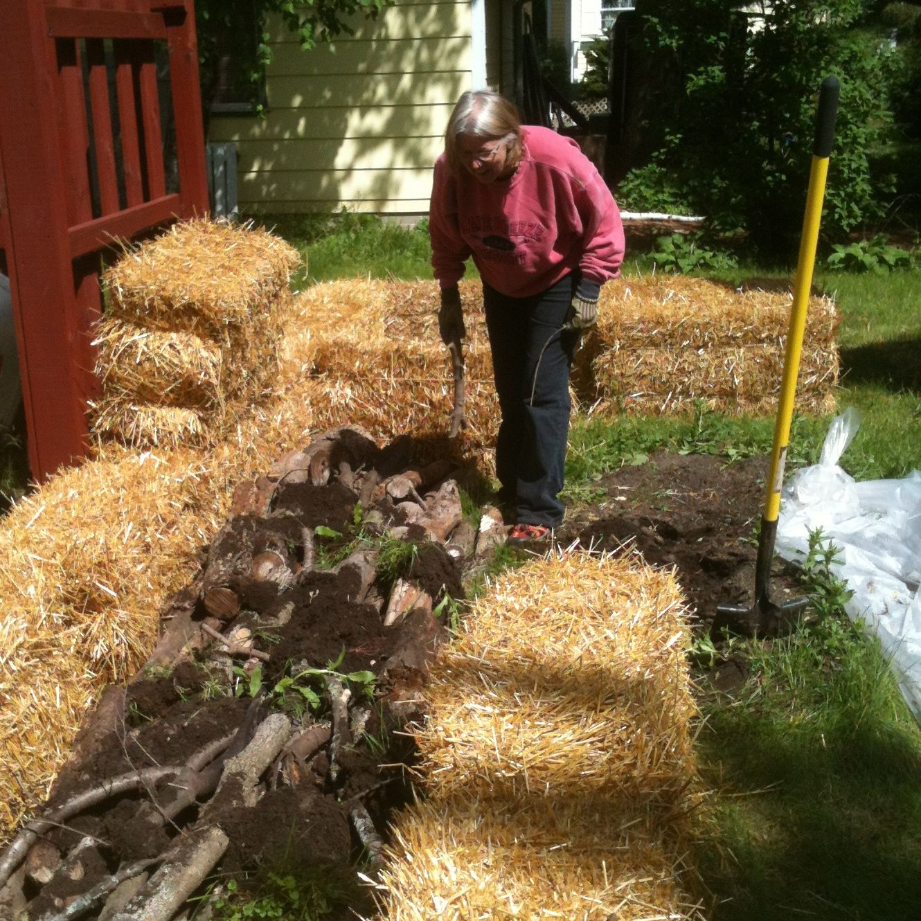 Small Town Gardens: Hugelkultur combined with Straw Bale Gardening ...