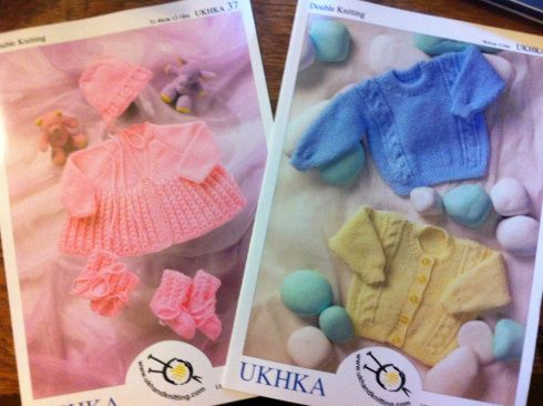 UKHKA 184 DK Knitting Pattern Couverture /& bootees-pas Terminé les objets