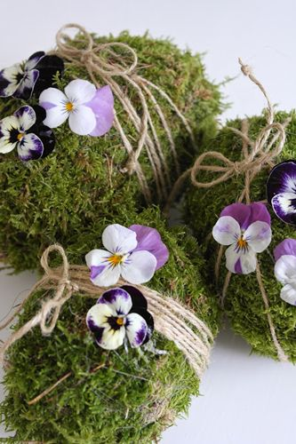 eggs moss string and violets ~ Bloc de mousse et fleurs, Inspiration décoration de table de printemps par radis rose