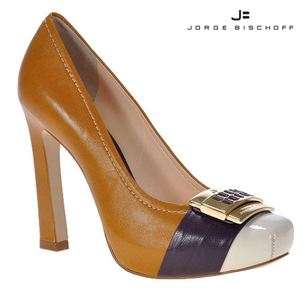32a3ac431 Jorge Bischoff - Sapato fechado na cor mostarda com placa dourada. REF.  407206A07 / R$ 329,00