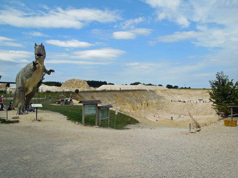 Ein 4,5 Meter hoher Allosaurus bewacht den Steinbruch.