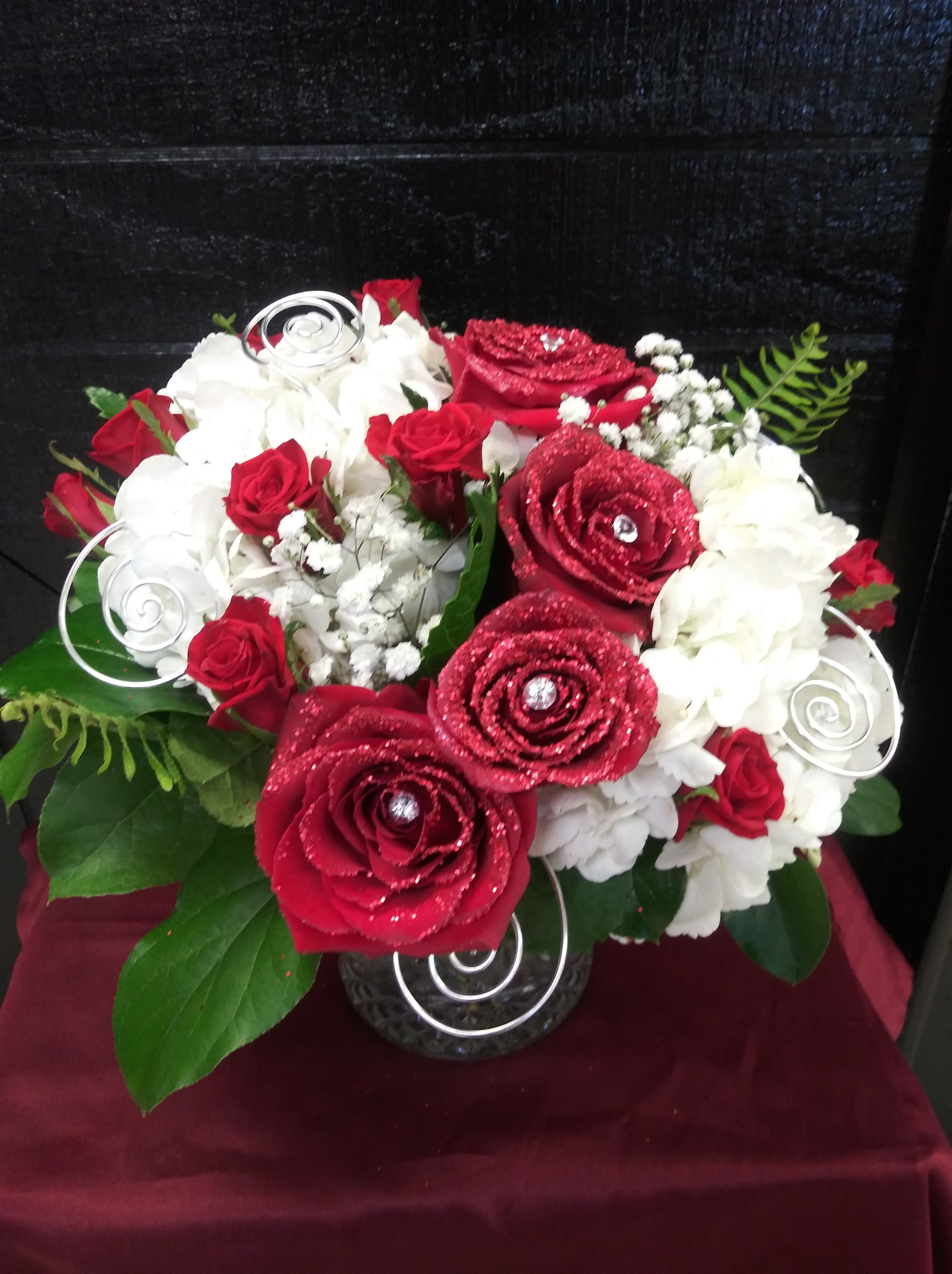 Celebrate Your Anniversary With Castro S Flowers This Truly Breathtaking Arrangement Will Make Her Fall In Lo Flower Delivery Same Day Flower Delivery Flowers