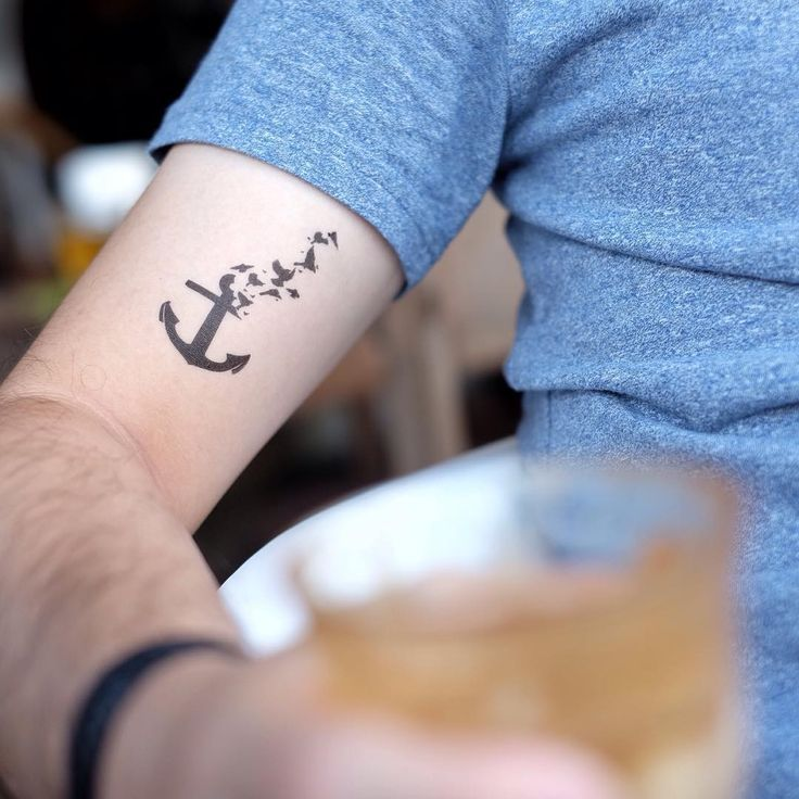 Handgelenk kleines mann tattoo Tattoo am