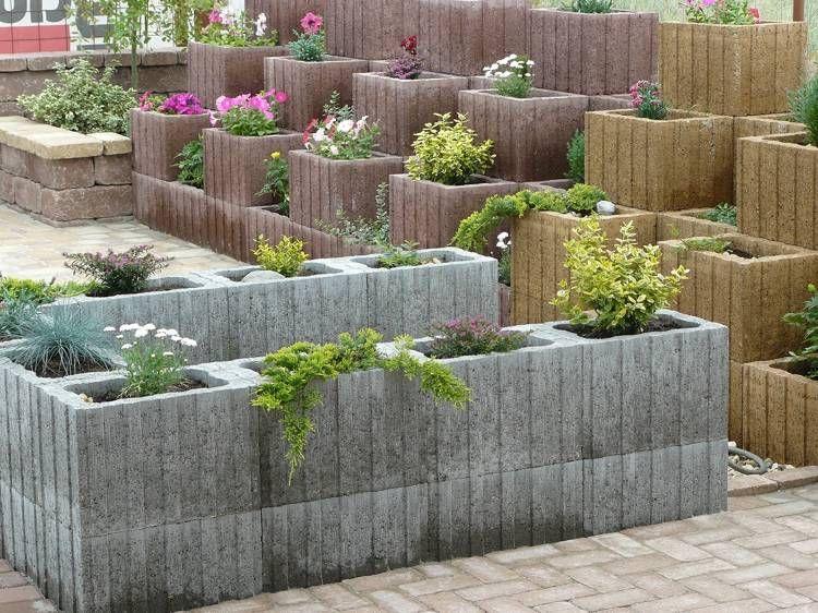 Unterschiedliche eckige pflanzenringe aus beton in for Gartengestaltung unterschiedliche hohen