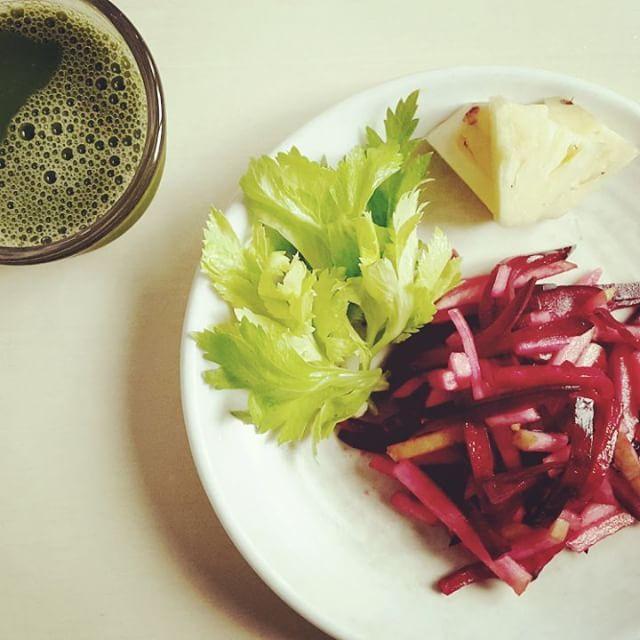 Today's breakfast.  비트사과샐러드  그린주스 오랜만에 먹는 파인애플도 너므 맛있다.  #오늘뭐먹지 #로푸드 #로푸드한끼 #아침 #비트사과샐러드 #심플샐러드 #그린주스 #breakfast #rawfood #greenjuice #beetapplesalad #simplesalad #myfooddiary