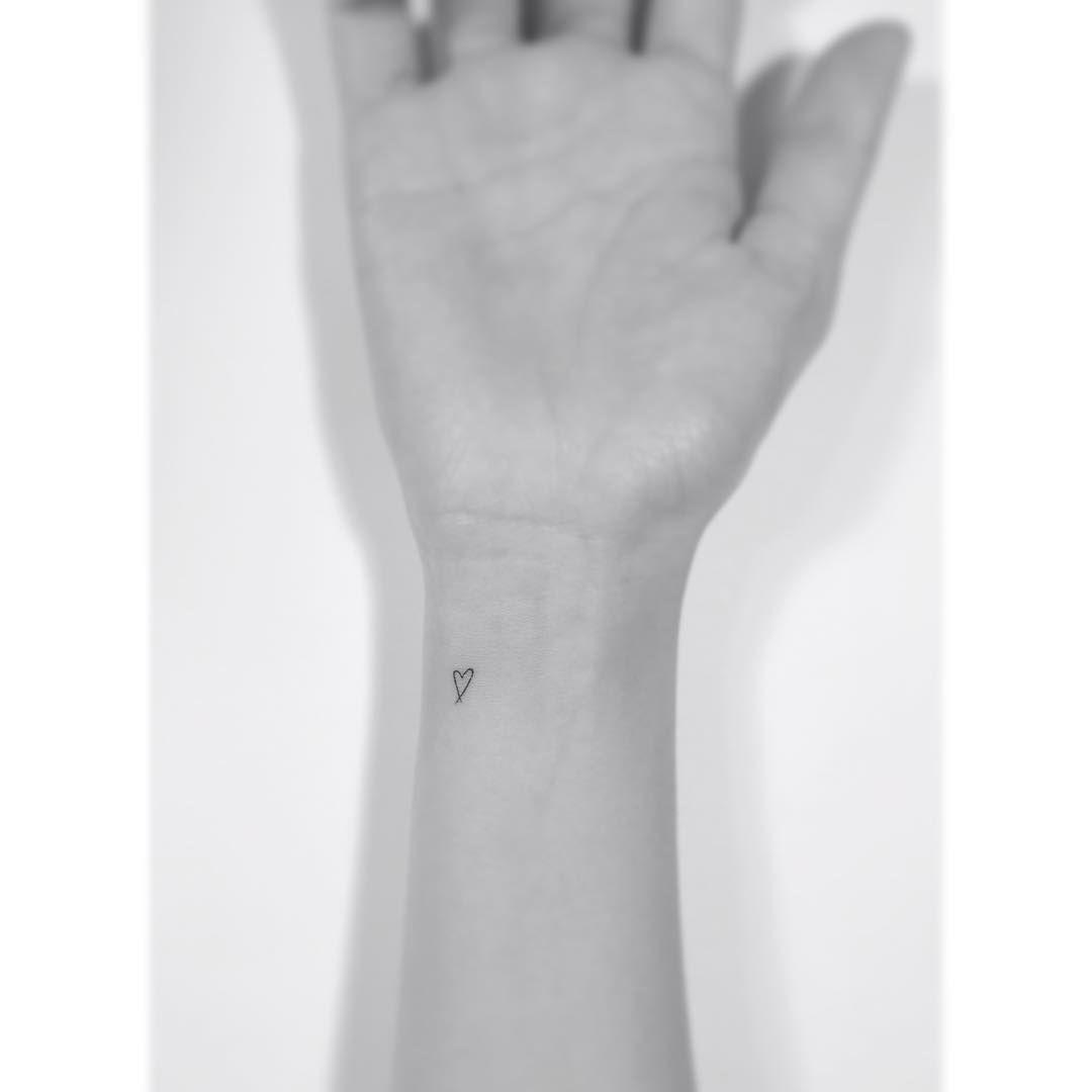 . . Simple heart. . #tattoo #tattoos #art #design  #illustration #linetattoo #tattooist #일러스트 #tattooworkers #tattooer #drawing  #korea #타투 #홍대 #아트 #플레이그라운드타투 #hearttattoo #하트타투