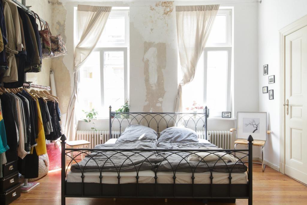 Hübsches Vintage-WG-Zimmer mit Metallbett und Kleiderstangen #WG - rattan schlafzimmer komplett