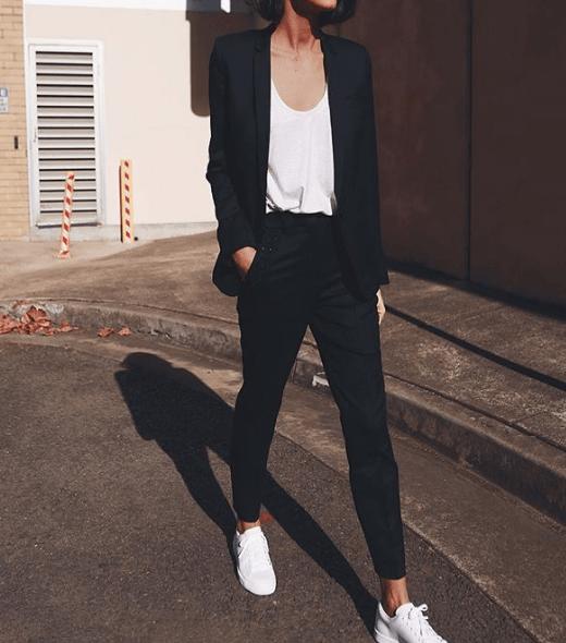 Ein schwarzer Anzug, ein lässiges ... | Sneaker im Büro: SO stylst du sie richtig!
