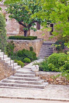 Steps and walls. Maravillosa escalera tallada en bloques de roca con peldaños macizos. Naturalmente para siempre.