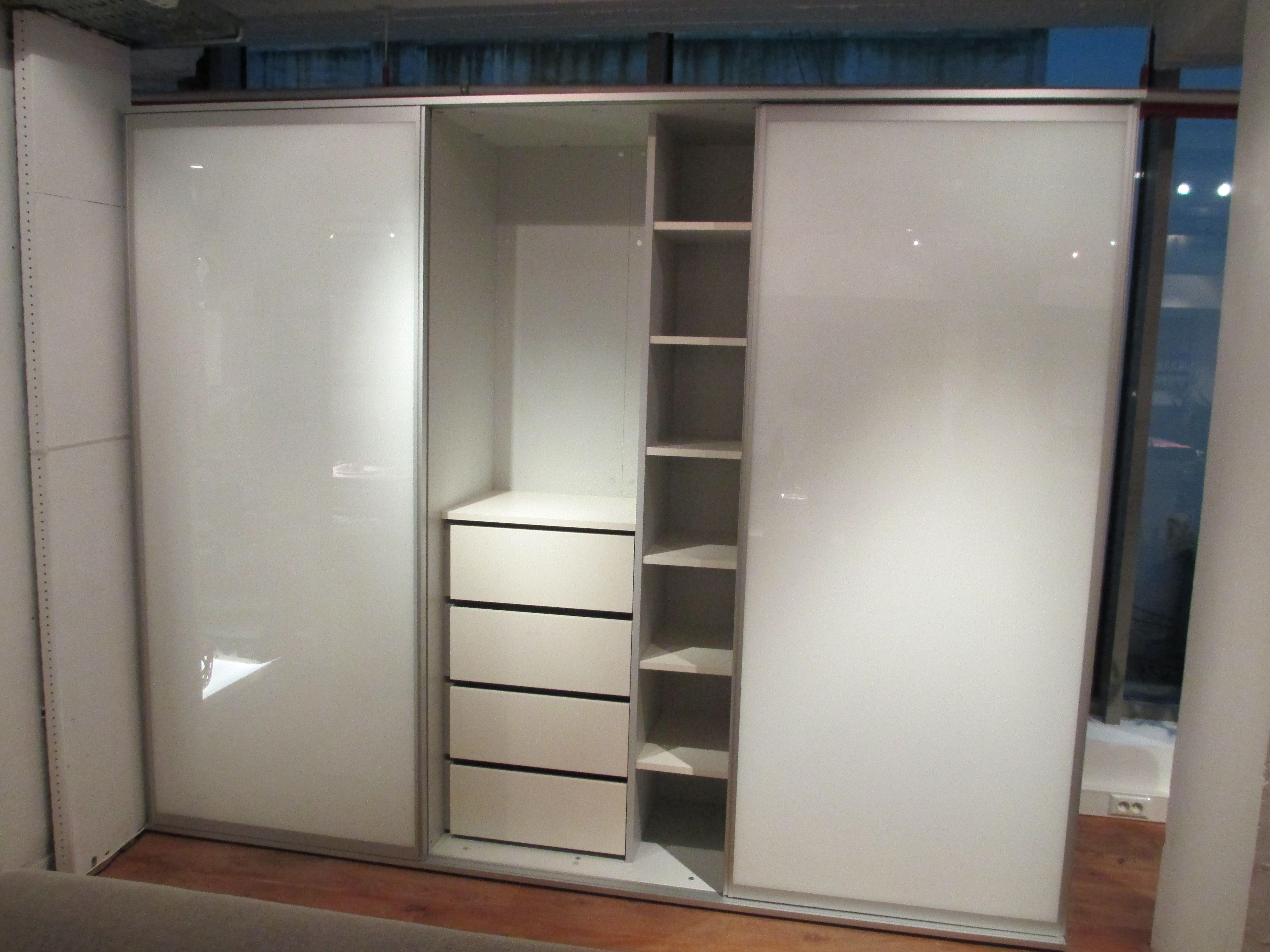 Promo dans notre showroom bruxelles cette armoire verre for Armoire boconcept