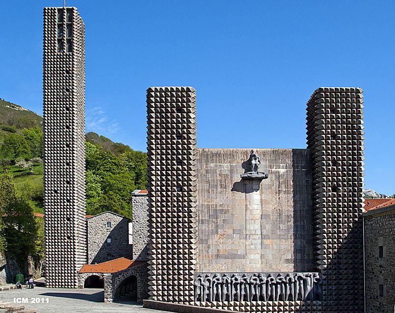 Santuario de Arantzazu de Saenz de Oiza, esculturas de Oteiza