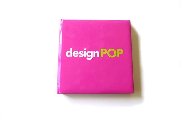 """Design Pop de Lisa Roberts, una publicación sobre objetos de diseño moderno que serán las """"antiguedades del futuro"""". Varias piezas de mobiliario icónico forman parte de la publicación."""