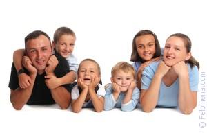 Счастливая семья: мать, отец, дети сын и дочь на Sunse Стоковое ... | 192x300