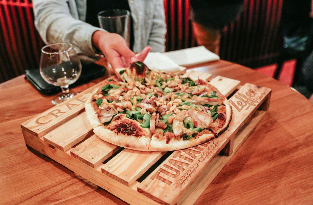 Food Drinks And Service Are Fantastic Here But The Main Star Of The Show Are The Pizzas Which Are Served On Mini Wooden Palettes Cool Specialty Beer Food Eat