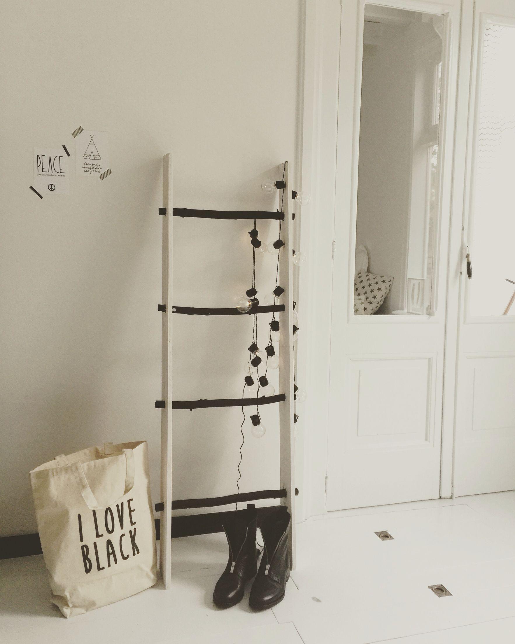 DIY ladder zwart wit van houten planken en boomstammetjes.