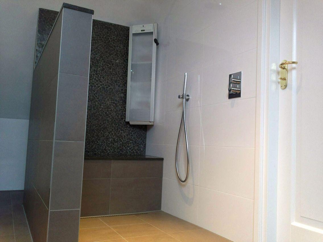 Badkamer antraciet, grijstint, mosaik. practische inloopdouche ...