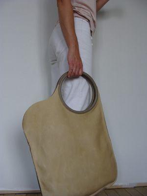 Unieke handgenaaide handtas uit zeer kwaliteitsvol plantaardig gelooid leder. De handvaten zijn vakkundig afgewerkt en zorgvuldig aan de tas... Marlies Davans