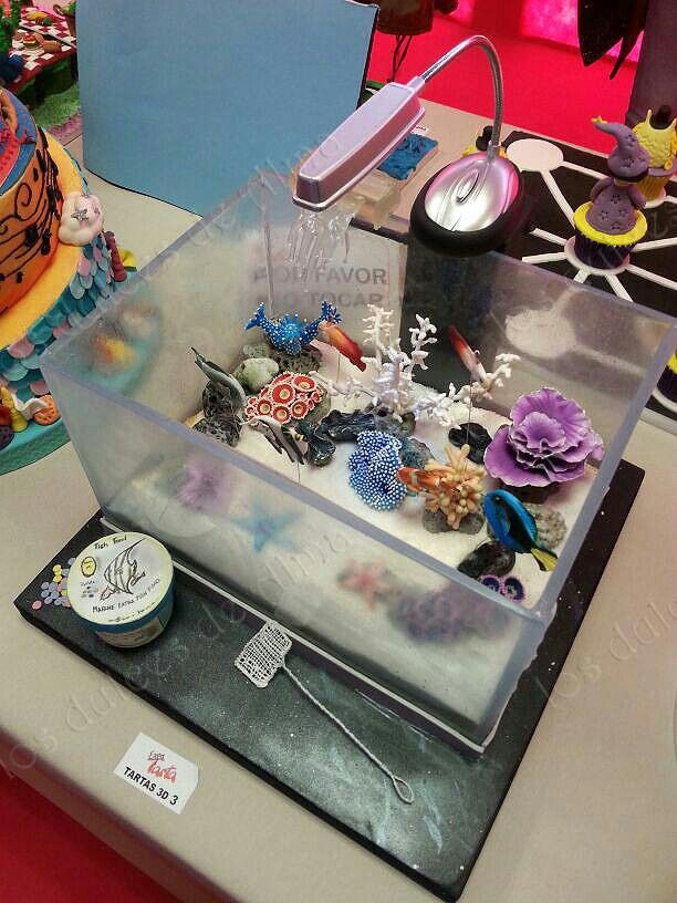 #aquariumcake #tartaacuario #isomalt Tarta acuario con cristales de isomalt comestible #Expotarta más detalles en  Http://www.facebook.com/losdulcesdealma.