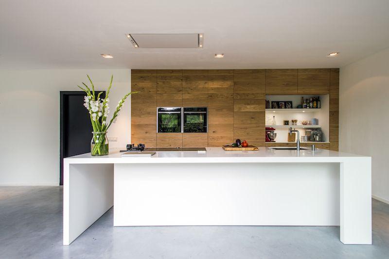 Kookeiland Keuken Houten : Houten keuken met keukeneiland en wit silestone werkblad via jp