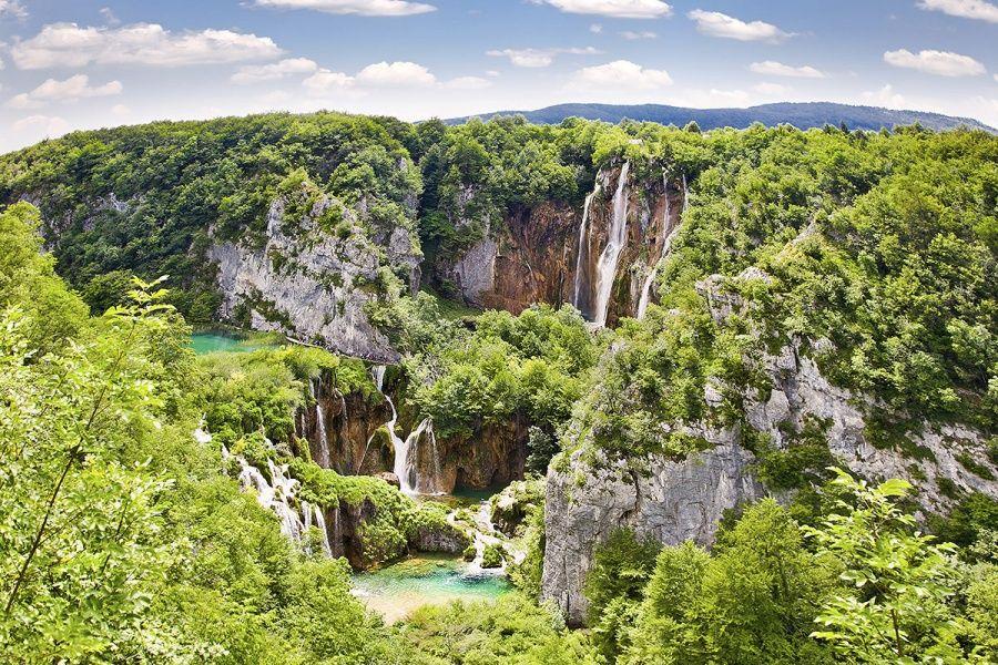 Удивительные, потрясающе красивые озера! Плитвице - это национальный парк в Хорватии, охватывающий леса, холмы и 16 озер с водопадами и каскадами. Такого разнообразия оттенков зеленого цвета нет нигде. Больше всего поражает вода, совершенно бирюзовая в озерах, пышно-бело-пенная в водопадах, а в ладонях абсолютно прозрачная.