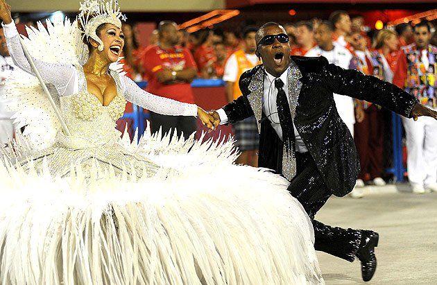 Fotos: Folia começa no Rio de Janeiro! Fotos do 1º dia de desfiles na Marquês de Sapucaí - Yahoo! OMG! Brasil