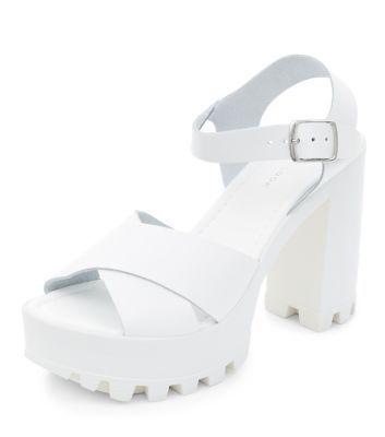 Chaussures en cuir blanches avec grosses semelles à talons block et brides  croisées