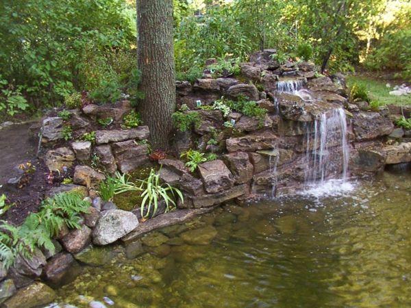 wasserfall im teich - schöne gartengestaltung - wasser im garten, Garten und Bauen