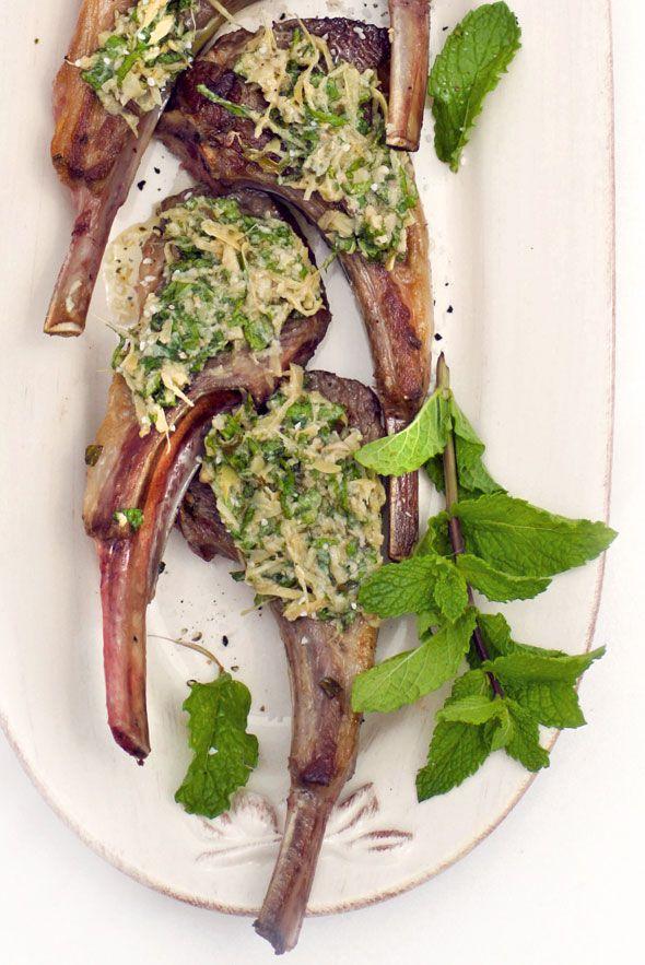 GEMARINEERDE LAMSKOTELETJES MET ARTISJOK EN MUNT ● Heb jij weleens lamskoteletjes gegeten? Lamskoteletjes zijn smeuïg en mals, maar niet zo heel mager.  Gemarineerd zijn ze het lekkerst.  Een marinade maak je al heel eenvoudig van olijfolie en verse munt...  Recept >> http://hallosunny.blogspot.nl/2016/02/lamskoteletjes.html