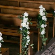 Bout de banc rose blanche cérémonie église mariage Reflets Fleurs