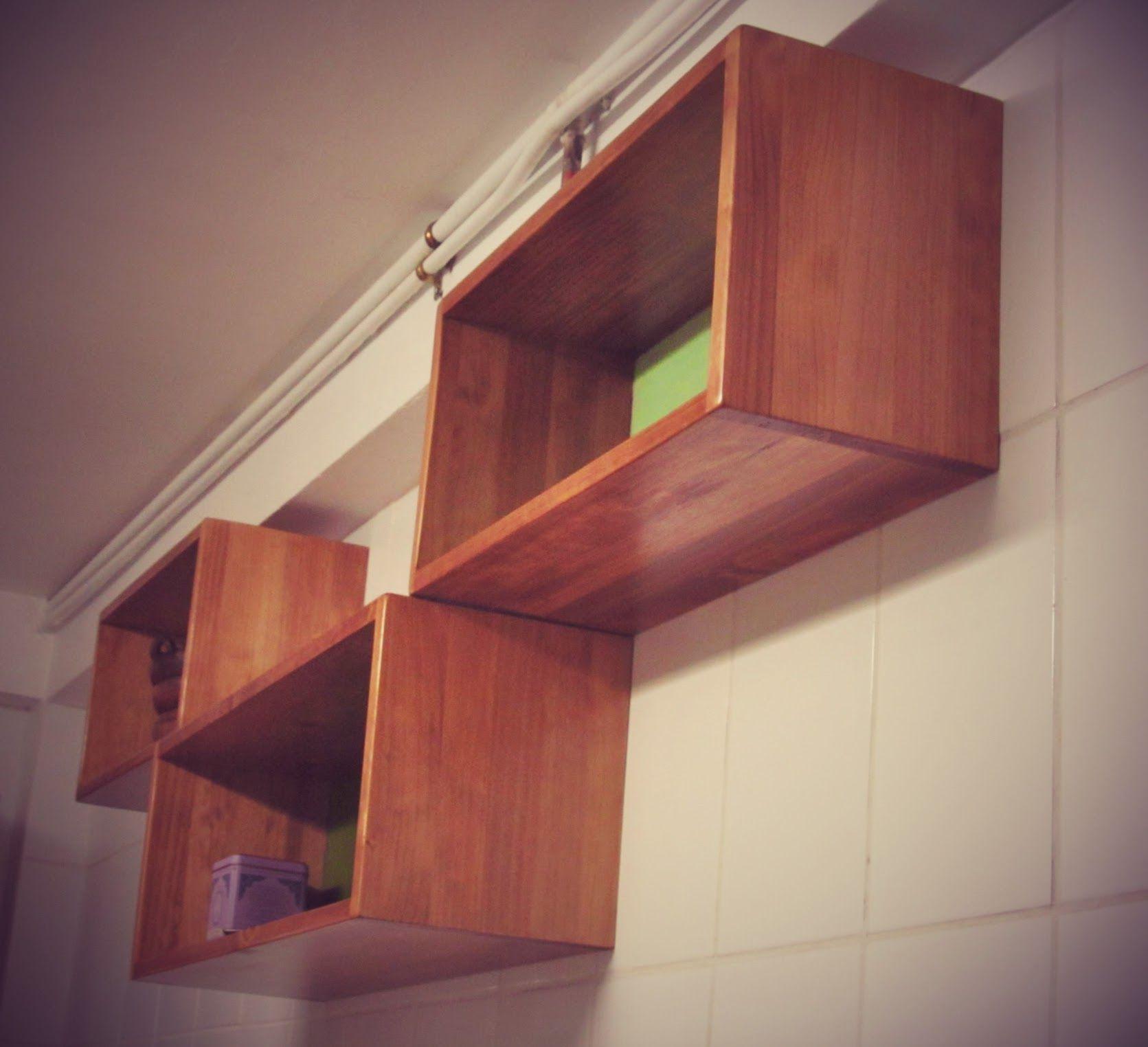 Cubos, diseñados y construidos con madera de pino, fondo de color ...