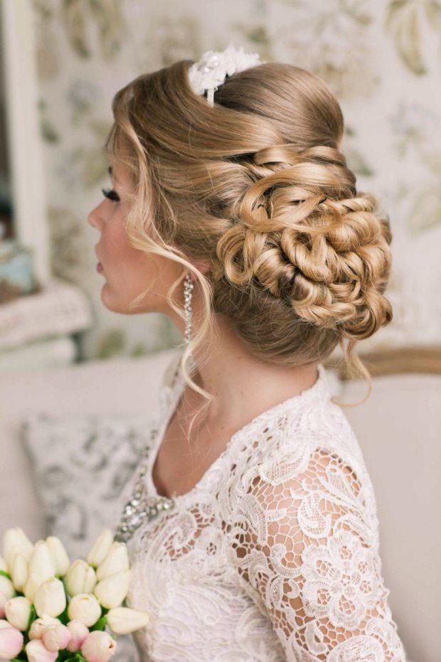 Schickes Haar Styling zur HochzeitSpitzenkleid mit Ärmeln