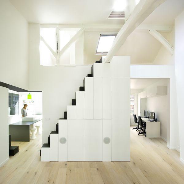 Cet Escalier A Pas Decales Ou Escalier Japonais Integre Un Meuble Tv Et Hi Fi Une Penderie Et Des Rangements Escalier Japonais Escalier Etroit Escalier