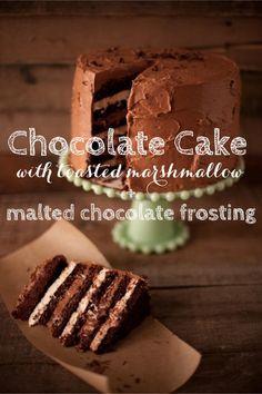 Bolo de chocolate com marshmallow com cobertura de chocolate e malte.