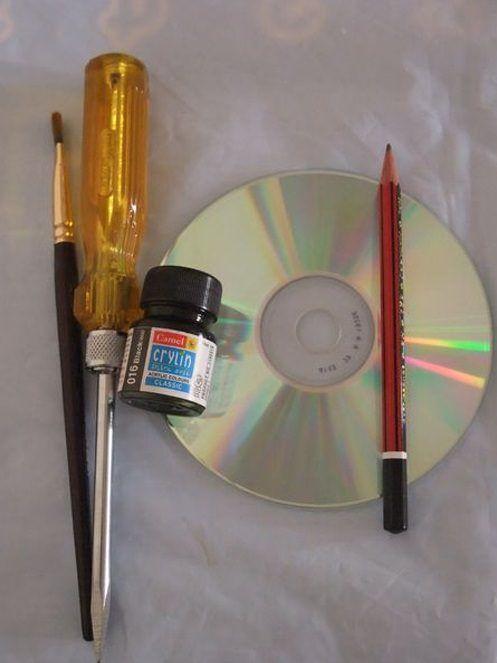 Plutôt que de jeter ses vieux CDs, il les peint totalement en noir - faire sa peinture maison