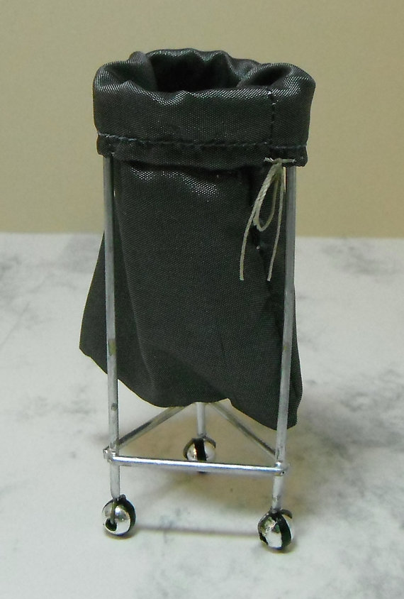Poppenhuis miniatuur handgemaakte medische wasmand Sack stand 1/12e schaal