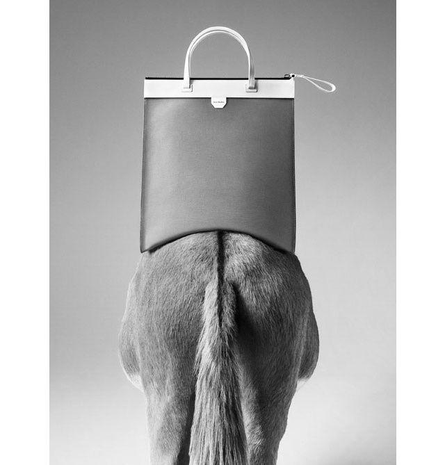 En exclusivité sur Vogue.fr, la maison française dévoile sa toute première  ligne de sacs entièrement confectionnés en cuir souple naturel italien. 965c59b024e
