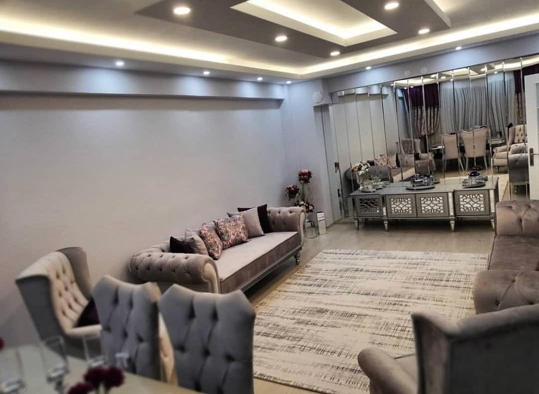 """Ev Gezmesi on Instagram: """"Eskitme aynalı mobilyalar, göz alıcı renk paleti ve birbirinden şahane duvar dekorları. @temmuzbride şık salonundan bir kare. Siyah, beyaz…"""" Yatak odası"""