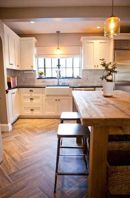 Finally a black worktop and white cupboard combo I like! Must be the marble tile which makes it work... Or the pale parquet?