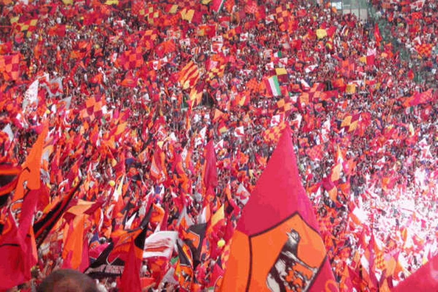#AficionesPorElMundo la afición Romana llenado de color la grada con sus banderas
