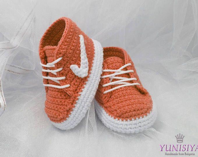 f0f489aa83eaa Chaussures de bébé au crochet Crochet chaussons pour bébé 0-3 chaussures de  sport mois Crochet baskets Nike sneakers Crochet bébé garçon Orange  chaussures ...