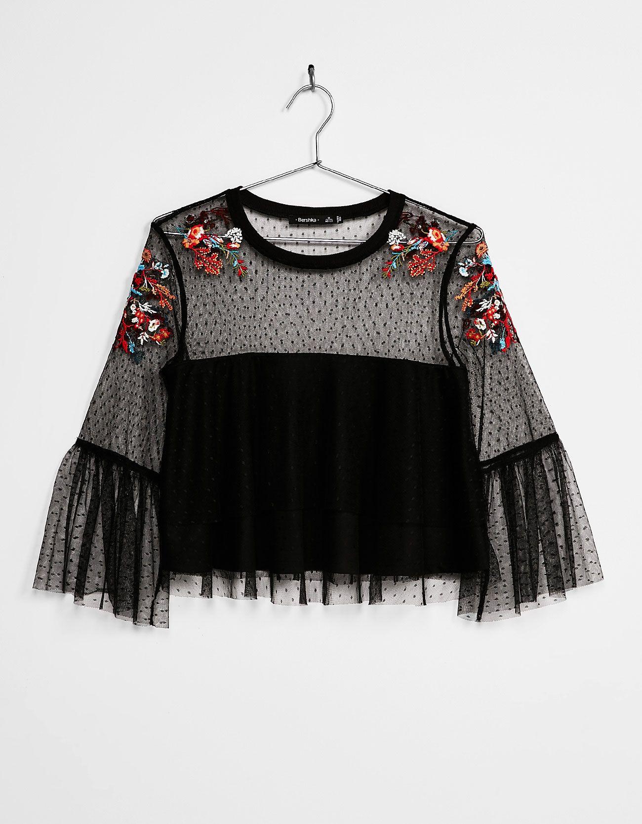 b456ceed48af2 Blusa plumeti flores bordadas. Descubre ésta y muchas otras prendas en  Bershka con nuevos productos cada semana
