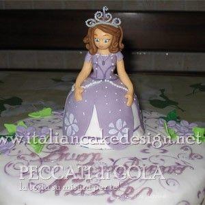 Torta principessa Sofia con pan di spagna alla vaniglia e crema diplomatica alla vaniglia e cioccolato