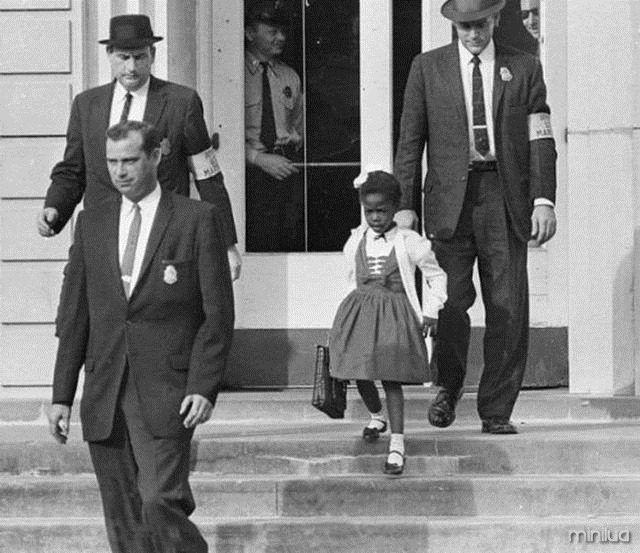 """Ruby Bridges, primeira criança negra a frequentar uma escola primária para brancos nos EUA (14 de novembro de 1960)"""""""