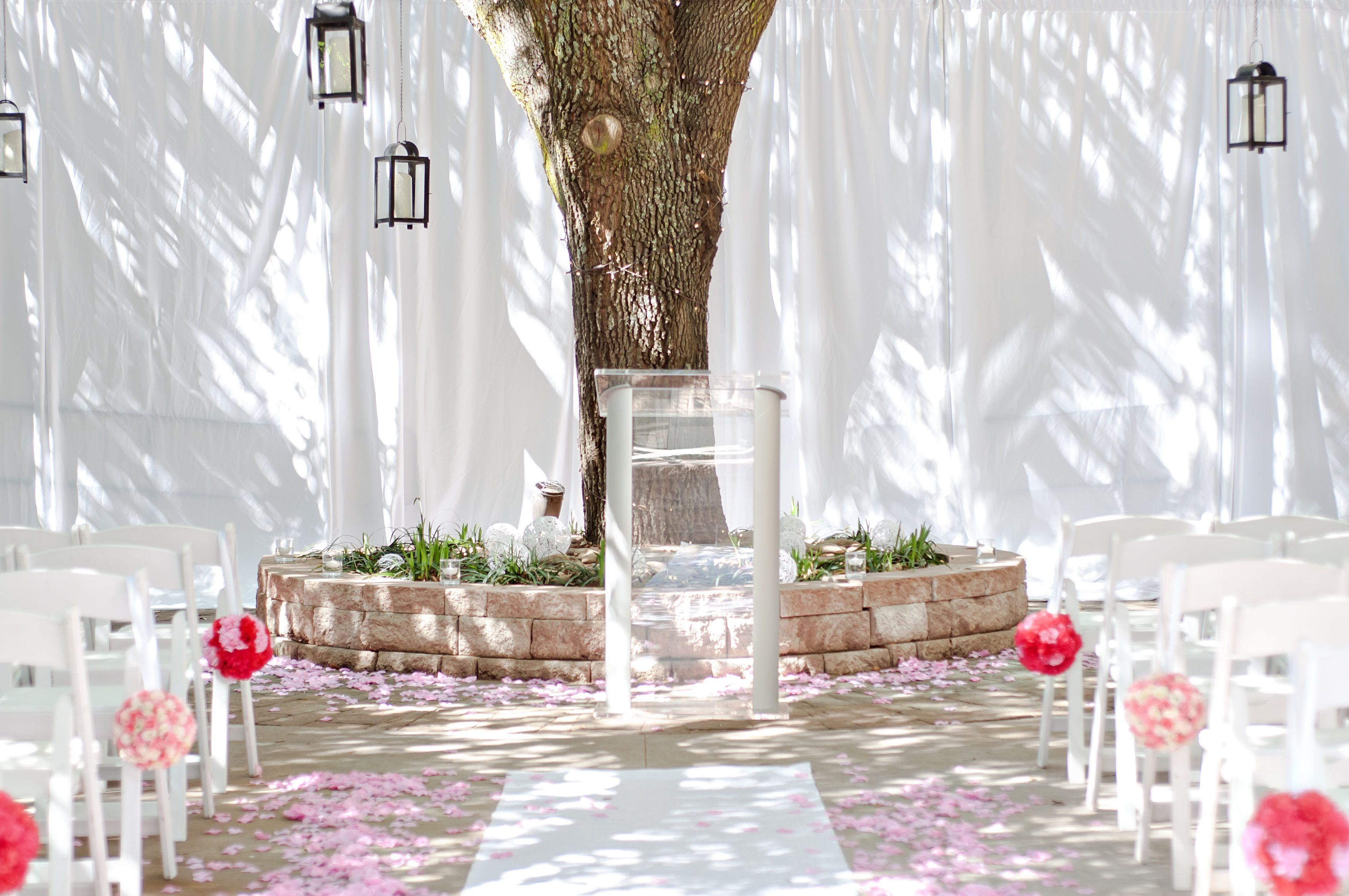 I had ceremony at the courtyard and made the pom poms #weddign #diy #courtyard