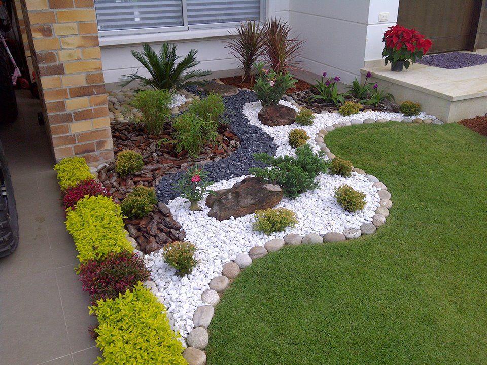 Rinconcito vistoso diseñado con piedritas y vegetación Garden