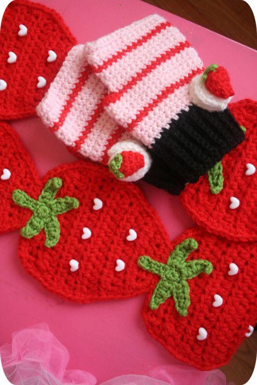 Ooh little white heart buttons on the strawberries. Fancy. Crochet by Twinkie Chan.
