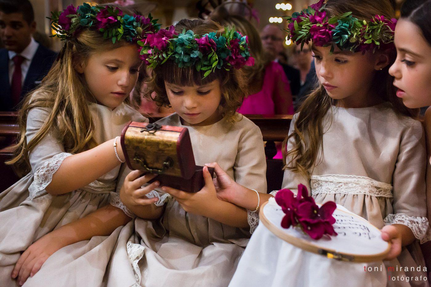 Imagen de las niñas encargadas de los anillos y arras en ceremonia celebrada en Basílica Nuestra Señora del Socorro en Aspe, Alicante