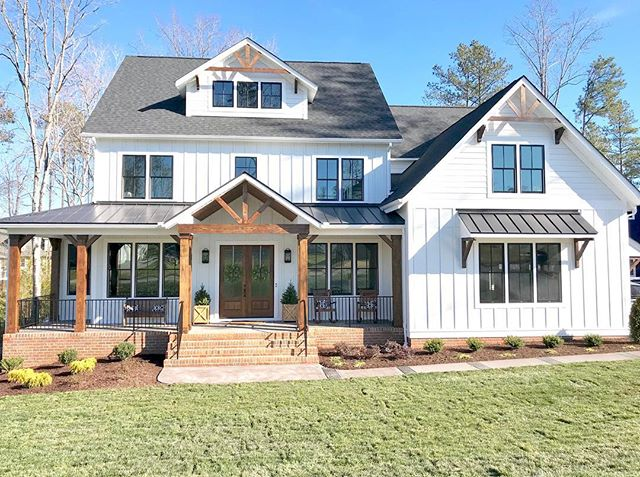 Styles Of Vertical Siding Google Search In 2020 House Styles Modern Farmhouse Exterior House