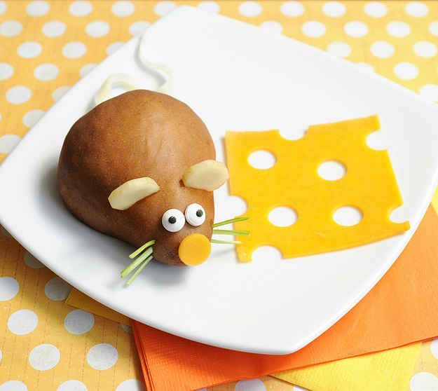 Pears are also mice waiting to happen. | 19 Easy And Adorable Animal Snacks To Make With Kids