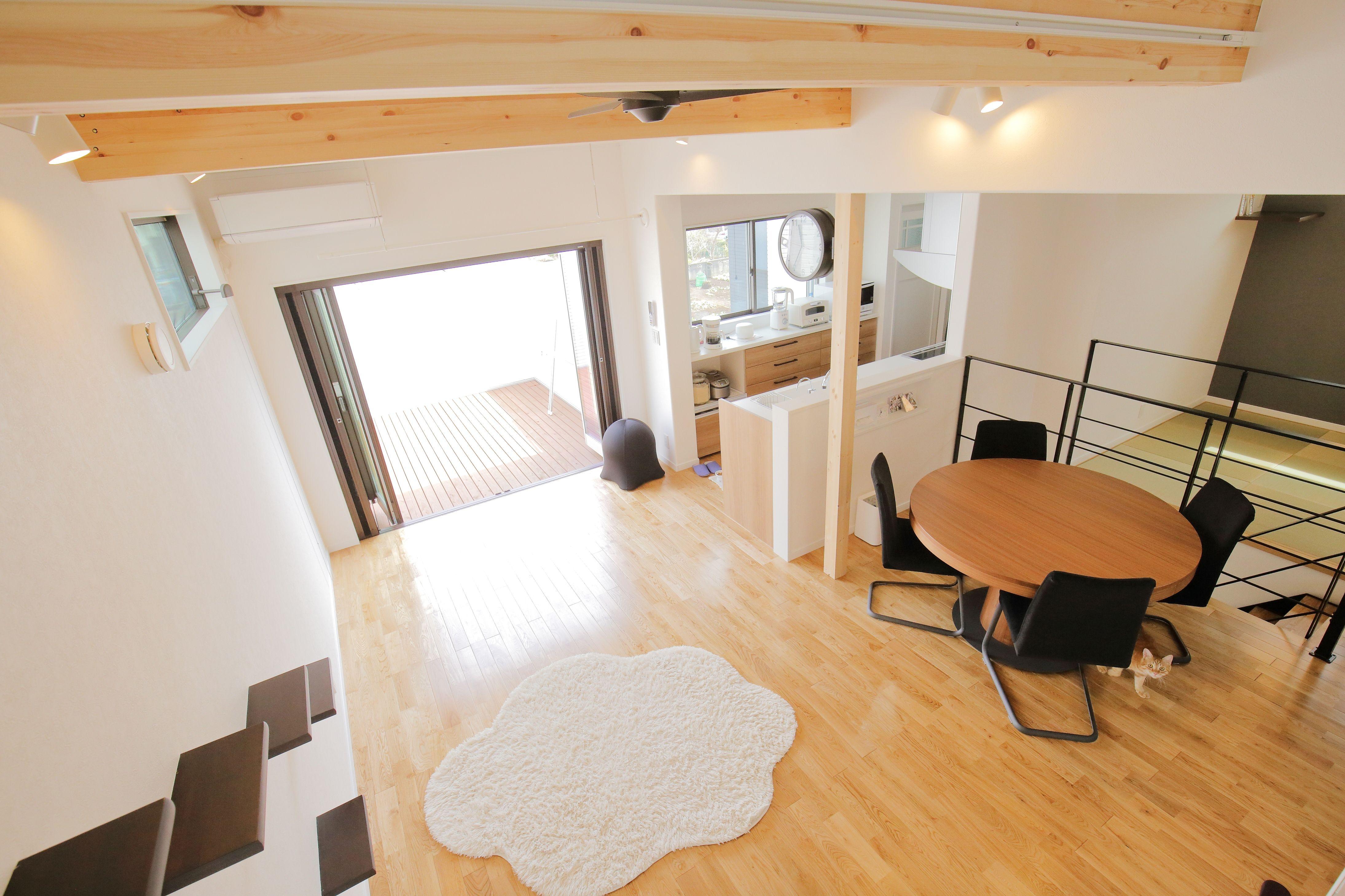 2階リビングは勾配天井を採用したことで開放感を確保 また 天井の高